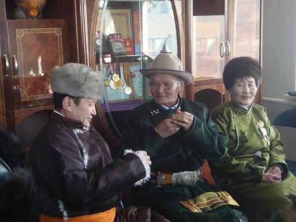 Mông Cổ: Lễ mừng năm mới ở Mông Cổ được gọi là Tsagaan, kéo dài 15 ngày. Người dân về nhà bên gia đình, tổ chức ăn uống với các món thịt cừu, bánh kẹo, há cảo và airag (sữa ngựa lên men). Ảnh: enkhbayar0330.
