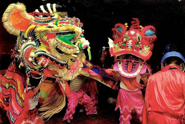 """Việt Nam: Tết Nguyên đán hay Tết là ngày lễ lớn nhất trong năm của người Việt Nam. """"Nguyên đán"""" có nghĩa là buổi sáng đầu tiên của chu kỳ mới theo âm lịch. Tết kéo dài chủ yếu trong 3 ngày, là thời điểm lý tưởng cho gia đình và bạn bè quây quần, sắm sửa đồ mới, trang hoàng đường phố, nhà cửa và ăn uống tưng bừng. Ảnh: travelKS."""