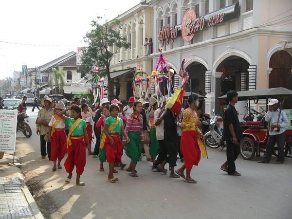 Campuchia: Tết ở Campuchia được gọi là Chaul Chnam Thmey theo tiếng Khmer, thường rơi vào ngày 13-14/4, cuối vụ thu hoạch. Lễ này kéo dài 3 ngày với các hoạt động như tặng quà cho gia đình và bạn bè, lễ tắm tượng Phật được gọi là Pithi Srang Preah. Ảnh: Vagabondage II.7