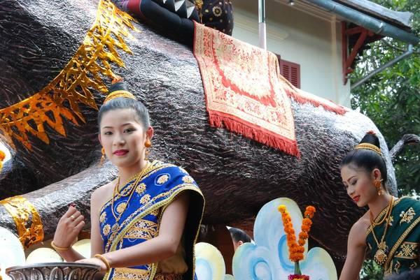 <strong>Lào:</strong> Cũng giống như năm mới ở Campuchia, tết của Lào được gọi là Pi Mai Lao, diễn ra vào ngày 14/4. Ngày trước đó được coi là ngày cuối cùng của năm cũ, người ta cọ rửa các hình ảnh liên quan đến Phật, sơn lại đền chùa và dọn dẹp nhà cửa sạch sẽ. Ảnh: yarra64