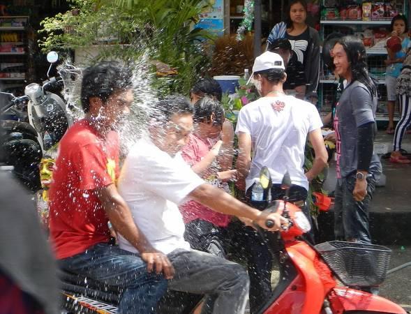 Thái Lan: Diễn ra vào 13-15/4 hàng năm, lễ hội Songkran ở Thái Lan nổi tiếng với màn té nước và các bữa tiệc đường phố tưng bừng kéo dài cả tuần. Cũng như các nước láng giềng, người dân Thái Lan thường trở về bên gia đình, đi chùa và dọn dẹp nhà cửa. Ảnh: Pattaya Unlimited.