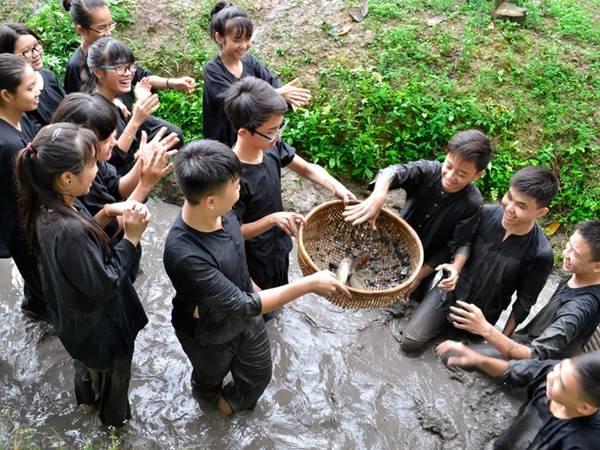 Giới trẻ thích thú thành nông dân trong trò chơi be mương tát cá. Ảnh: Vinh Sang.
