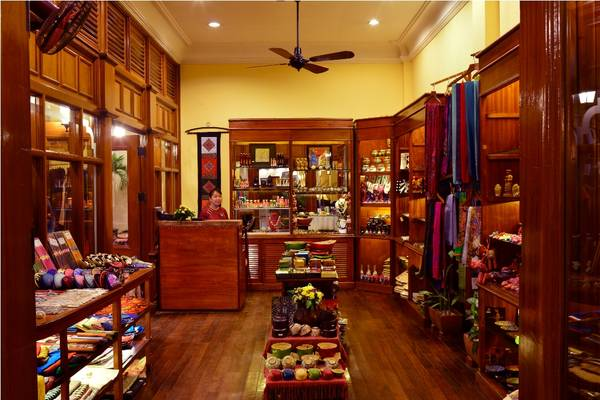 Thỏa sức mua sắm các món đồ thủ công mỹ nghệ địa phương tại khu nghỉ dưỡng.Ảnh: iVIVU.com