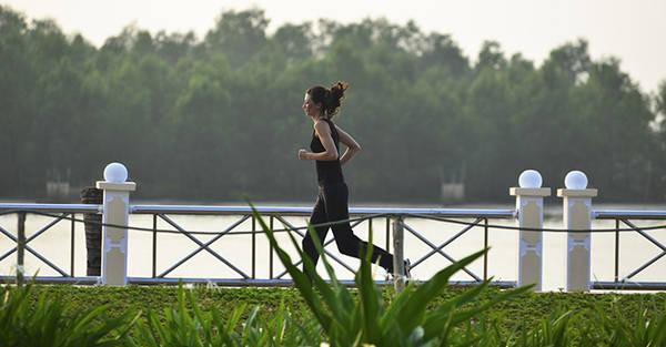 Chạy thể dục buổi sáng trong khung cảnh yên bình. Ảnh: iVIVUcom