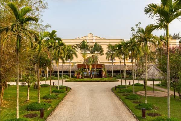 Hàng cây xanh mát dẫn vào khu nghỉ dưỡng Victoria Cần Thơ. Ảnh: iVIVU.com