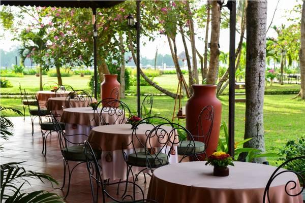 Nhà hàng nhìn ra phía bờ sông thơ mộng.Ảnh: iVIVU.com