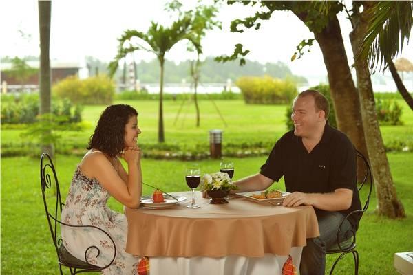 Du khách có thể tận hưởng bữa ăn trong những cơn gió mát lành thổi từ bờ sông.Ảnh: iVIVU.com