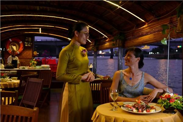 Hoặc cũng có thể thưởng thức bữa tối trong khung cảnh lãng mạn trên thuyền.Ảnh: iVIVU.com
