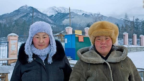 Văn hóa bản địa: Hiện nay, vùng hồ Baikal có tộc người Buryat, nhóm dân tộc bản địa lớn nhất ở Nga, hầu hết tập trung tại quê hương của họ là Cộng hòa Buryatia. Vùng đất mở rộng ra phía nam từ bờ đông của hồ Baikal. Người Buryat là một phân nhóm miền bắc chính của người Mông Cổ, có chung nền văn hóa với người Mông Cổ như chăn nuôi du mục, dùng nhà lều (ger) làm nơi ở. Nhóm dân cư này ban đầu theo Saman giáo, nhưng dần dần tôn thờ đạo Phật.