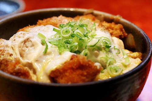 Cơm thố Nhật Bản có nhiều sự lựa chọn cho bạn, như cơm thố tôm, gà, bò... Ảnh: duhoc.viet-sse