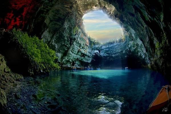 Mái vòm tự nhiên ở động Melissani - Ảnh: wiki