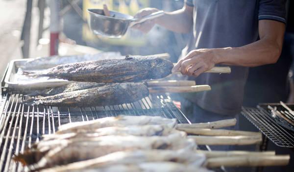 Cá được nướng trên bếp than - Ảnh: Trân Duy