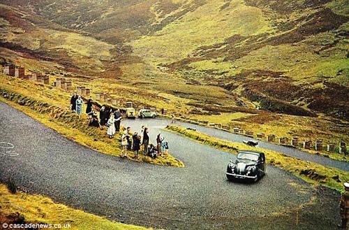"""Một tuyến đường dài ở Scotland có địa hình nguy hiểm tới mức được đặt tên là """"Devil's Elbow"""" (khuỷu tay của quỷ dữ). Hiện nay, con đường trở thành điểm đến hấp dẫn cho những du khách thích mạo hiểm.  Bức ảnh nổi tiếng nhất về cung đường này chụp năm 1967 khi nữ hoàng Elizabeth II được hoàng tử Philip chở tới Balmoral và người dân bên đường đứng lại vẫy chào."""