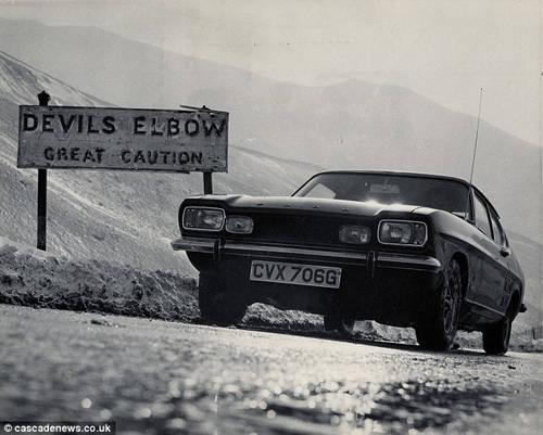 """Nằm cách đỉnh đèo Cairnwell khoảng 1,6 km, Devil's Elbow là một cung đường thử thách nhất không chỉ ở Scotland mà toàn Vương quốc Anh và có cắm nhiều biển báo """"đặc biệt chú ý"""" (great caution)."""