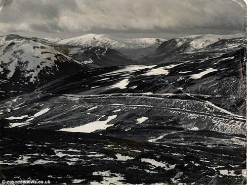Devil's Elbow thường bị bao phủ bởi tuyết, và con đường cũng chạy qua một khu trượt tuyết nghỉ dưỡng nổi tiếng của Scotland là Glenshee.