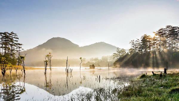 Bình minh trong lòng hồ Tuyền Lâm - Ảnh: Mai Vinh