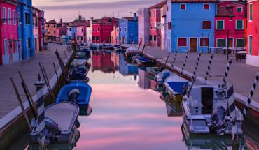 Những ngôi nhà nhỏ đủ màu sắc từ xanh, vàng, da cam chói lóa, hay màu trắng giản dị dọc theo kênh in bóng xuống mặt nước là điểm thu hút ấn tượng khiến du khách chẳng thể nào quên khi đặt chân tới Burano.Ảnh: Irene Becker