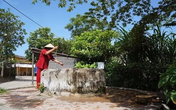 Người dân địa phương đang múc nước sinh hoạt tại giếng cổ Chăm. Ảnh:lendang.vn