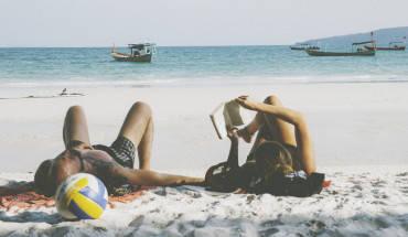 Ở Koh Rong du khách có thể tham gia nhiều hoạt động như lặn ngắm san hô, trekking xuyên qua rừng, theo thuyền đi câu cá, đánh bóng chuyền hoặc đơn giản là nằm đọc sách trên bãi biển. Ảnh: Lamtom