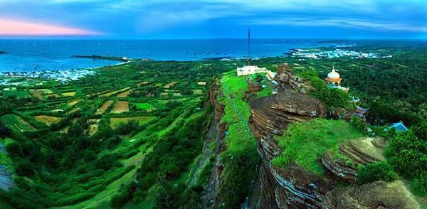 Toàn cảnh đảo Phú Quý nhìn từ trên cao. Ảnh: standup