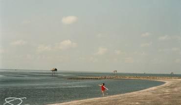 Con đê dọc bờ biển trên đảo. Ảnh: Quanlightwriter.photography