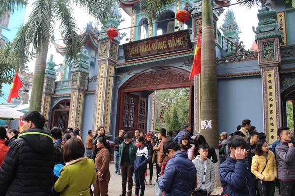 Đền Mẫu Đồng Đăng nằm tại thị trấn Đồng Đăng (huyện Cao Lộc, tỉnh Lạng Sơn) là một trong những nơi thờ tự nổi tiếng trong tín ngưỡng thờ Mẫu của người Việt Nam. Ngày mùng 10 tháng giêng âm lịch hàng năm, đông đảo du khách về tham dự lễ hội.