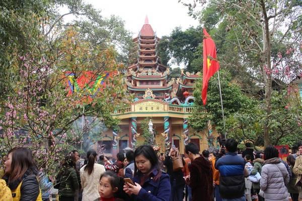 Đền Mẫu Đồng Đăng còn có tên là Đồng Đăng linh tự, cách cửa khẩu quốc tế Hữu Nghị khoảng 4 km. Ngay từ sáng sớm, du khách đổ về khu vực đền tăng cao, khách thập phương đã vào đền thắp hương, làm lễ, vãn cảnh.