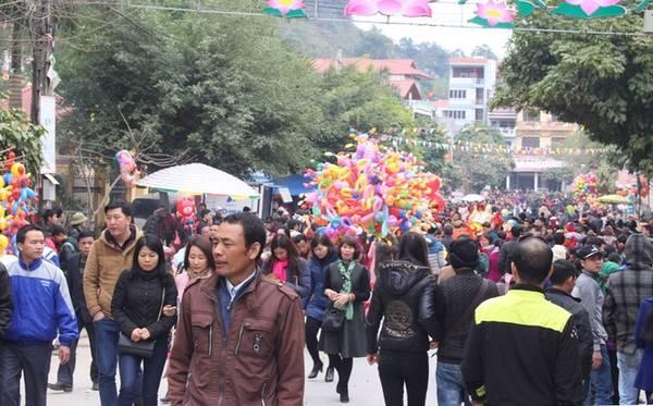Con đường dẫn vào đền từ sáng sớm đã chật kín người. Không chỉ có du khách trong nước mà khá đông người Trung Quốc sống gần biên giới Việt Nam cũng làm thủ tục nhập cảnh sang tham gia lễ hội.