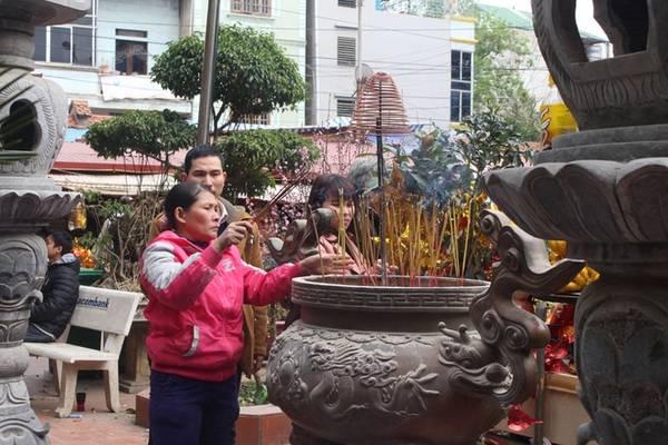 Du khách thắp hương phía ngoài sân đền.