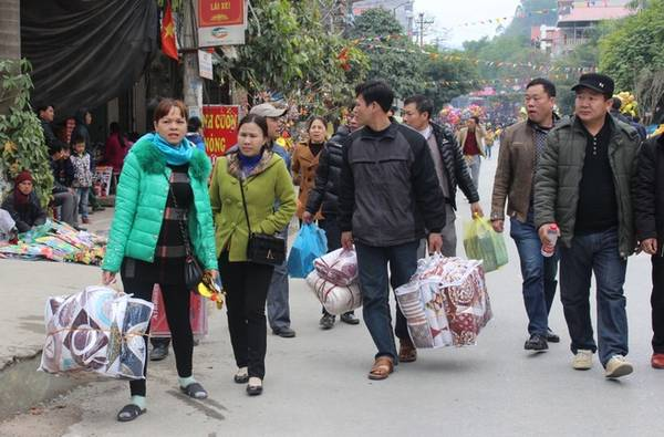 Chợ Đồng Đăng là điểm đến hấp dẫn tiếp theo sau khi du khách đã làm lễ trong đền. Mặt hàng bán chạy nhất là chăn đệm, quần áo.