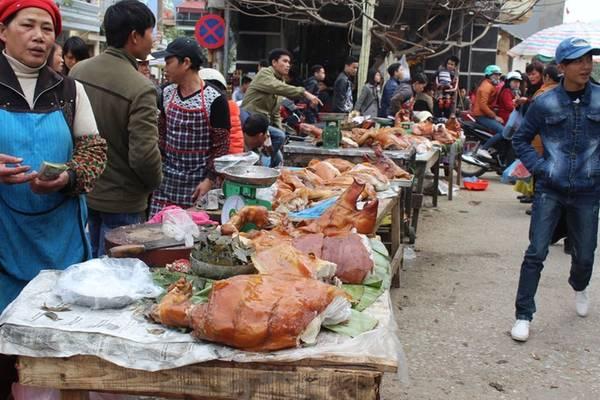 Các món ăn nổi tiếng của Lạng Sơn được bày bán, đặc biệt là thịt lợn quay.