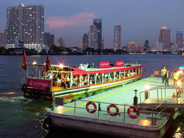 Khu mua sắm Asiatique có thuyền đưa đón miễn phí. Ảnh:flickr.com