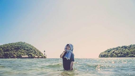 Du khách có thể đi bộ từ đảo này sang đảo kia một cách dễ dàng bởi nước chỉ ngang thắt lưng. Ảnh: diadiemanuong