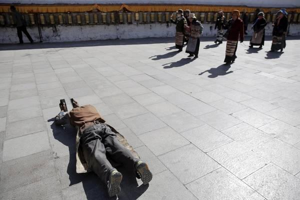 Người dân đang cầu nguyện phía trước cung điện gần cửa ra vào. Ảnh: Damir Sagolj / Reuters