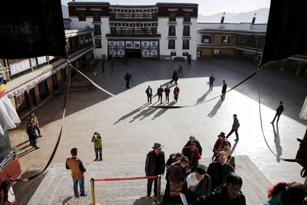 Khách du lịch cũng có thể đi vào bên trong cung điện. Ảnh: Damir Sagolj / Reuters