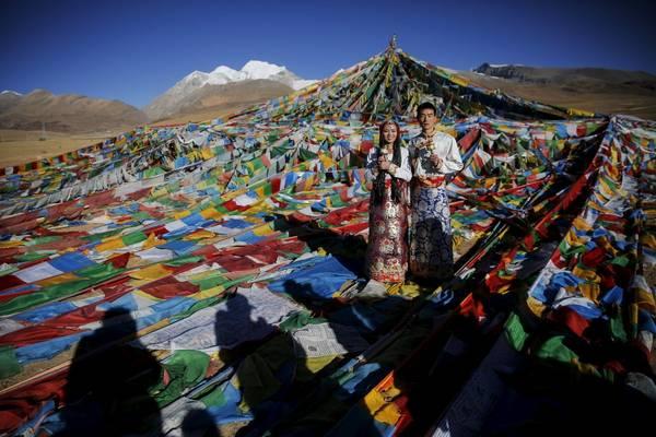 Một đôi vợ chồng đang chụp ảnh trong trang phục truyền thống của người Tây Tạng tại đèo Nianqing Tanggula. Ảnh: Damir Sagolj / Reuters