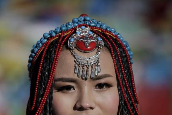 Chiếc mũ truyền thống của người Tây Tạng khá phức tạp. Ảnh: Damir Sagolj / Reuters