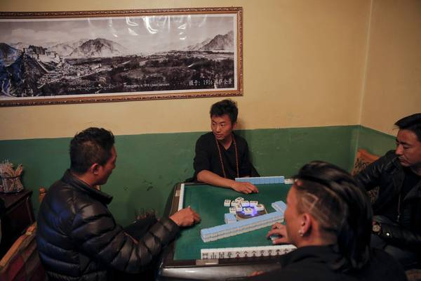 Những người đàn ông đang giải trí bằng cách chơi mạt chược. Ảnh: Damir Sagolj / Reuters