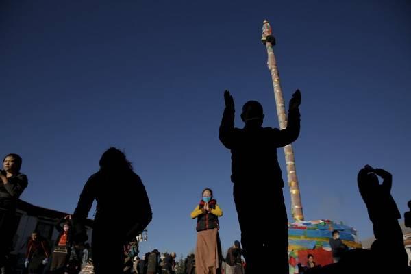 Đền Jokhang, tọa lạc ở trung tâm Lhasa là điểm đến hành hương của hàng nghìn Phật tử trong và ngoài nước. Ảnh: Damir Sagolj / Reuters