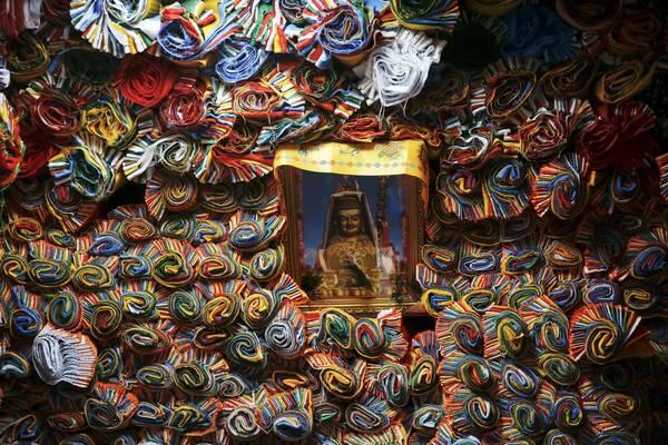 Bên trong một cửa hàng chuyên bán cờ cầu nguyện ở Lhasa. Ảnh: Damir Sagolj / Reuters