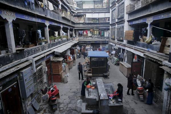 Khung cảnh sinh hoạt của khu nhà ở Lhasa. Ảnh: Damir Sagolj / Reuters