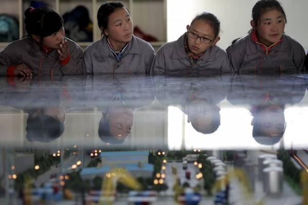 Ở Tây Tạng có khoảng 73 trường học với khoảng 24.000 sinh viên và 2.200 nhân viên. Ảnh: Damir Sagolj / Reuters