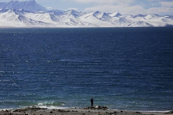 Hồ Namtso được coi là một nơi thiêng liêng gắn liền với đời sống vật chất và tinh thần của người dân nơi đây. Ảnh: Damir Sagolj / Reuters