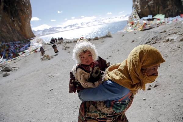 Du khách đang tham qua hồ Namtso. Nằm ở độ cao 4.720 m, đây là hồ nước mặn lớn thứ 2 ở Trung Quốc nhưng là hồ nước mặn cao nhất thế giới. Ảnh: Damir Sagolj / Reuters
