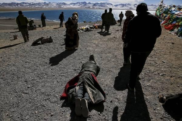 Mỗi năm, hàng ngàn du khách đổ về Tây Tạng hành hương và đến hồ Namtso cầu nguyện. Ảnh: Damir Sagolj / Reuters
