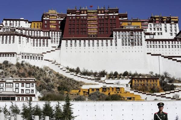 Là một quần thể kiến trúc tiêu biểu cho Phật giáo Tây Tạng, Potala là một trong những cung điện ấn tượng nhất thế giới khi được xây dựng ở độ cao 3.600 m cao 13 tầng với hơn 1.000 phòng, 10.000 miếu, và 200.000 bức tượng. Ảnh: Damir Sagolj / Reuters