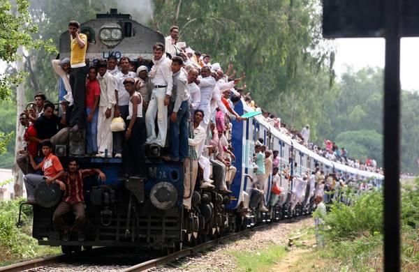 Ở Ấn Độ, đường sắt phần lớn được một công ty quốc doanh vận hành, đó là công ty Indian Railways. Đây cũng là một trong những công ty có nhân viên đông nhất thế giới với khoảng 1,4 triệu nhân viên.. Ảnh: Ajay Verma / Reuters