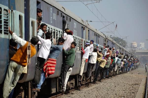Mạng lưới đường sắt chạy dọc theo chiều dài và chiều ngang của Ấn Độ, có tổng chiều dài lên đến 63.140 km. Ảnh: Krishna Murari Kishan/Reuters