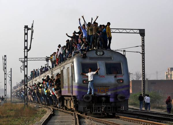 Tuyến tàu chạy chậm nhất là Mettupalayam Ooty Nilgiri với vận tốc 6 dặm trên giờ. Với vận tốc này, bạn có thể nhảy ra khỏi tàu và leo lại tàu một cách dễ dàng. Ảnh: Ahmad Masood/Reuters