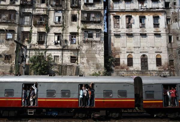Theo quy định an toàn mỗi tàu phải có ít nhất bốn cửa sổ thoát hiểm khẩn cấp. Ảnh: Navesh Chitrakar/Reuters